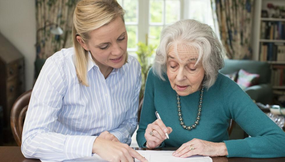 FRAMTIDSFULLMAKT: Det vanligste er å gi et av barna sine fullmakt til å ordne med økonomiske anliggender. Foto: NTB Scanpix