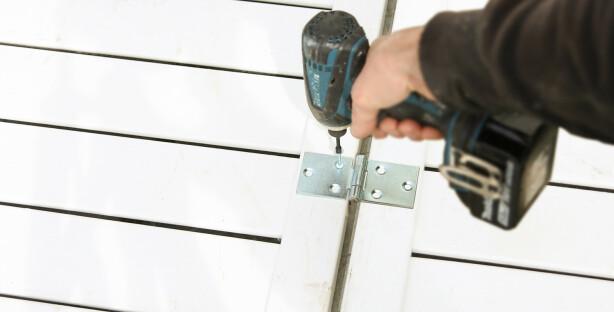 Hengsler. Skru fast to kraftige hengsler mellom elementene. Husk å montere på vekselvis inn- og utside. Foto: Øivind Lie-Jacobsen