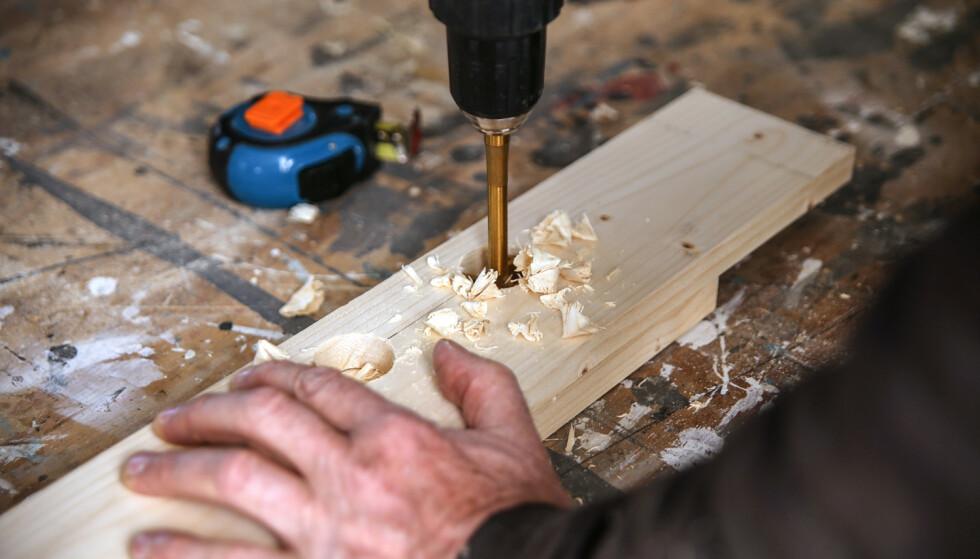 Lag håndtak: Bor to hull med ca 100 mm senteravstand. Bruker du et fresebor er det lettere å få et fint hull uten oppflising. Foto: Øivind Lie-Jacobsen