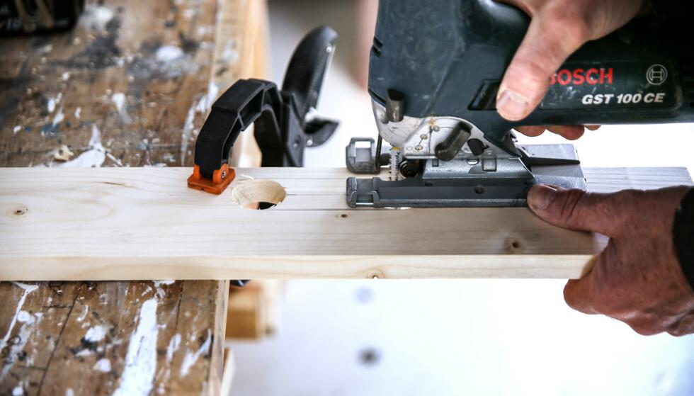 Håndtak 2: Skjær i mellom med stikksag. Avslutt med å gi toppen av bordet en fin bue. Foto: Øivind Lie-Jacobsen