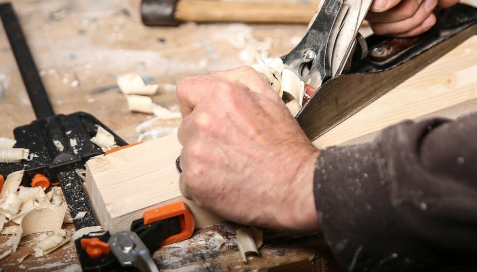 Høvle: Klem sammen bena med tvinger og høvle. Da blir de helt like, og du får en jevn, fin profil. Foto: Øivind Lie-Jacobsen