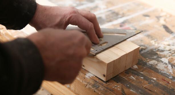 Strek opp: Det er lettere å sette sammen alt helt nøyaktig om du streker opp på forhånd. Sett spilene sammen, og bruk en vinkelhake. Foto: Øivind Lie-Jacobsen