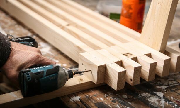 Spiler og klosser: Skru og lim sammen spiler og klosser. Sett to skruer i hver sammenføyning. Foto: Øivind Lie-Jacobsen