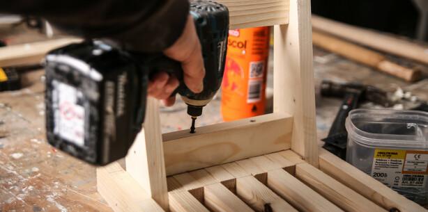 Vange1: Lim og skru fast den øverste vangen. Skru også fra utsiden av bena. Foto: Øivind Lie-Jacobsen