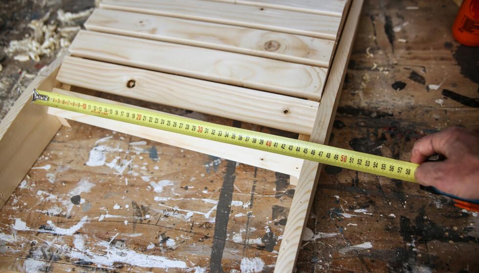 Kontrollmål: Ta en ekstra sjekk på ryggbredden. Legg vangene til ryggen på utsiden av setet (pluss 5 mm), og mål den innvendige avstanden. Foto: Øivind Lie-Jacobsen