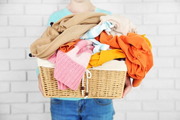 HVITT ELLER KULØRT: Skittentøyet må fortsatt sorteres, men mange andre klesvask-prosesser er blitt veldig mye enklere. Foto: NTB scanpix/Shutterstock