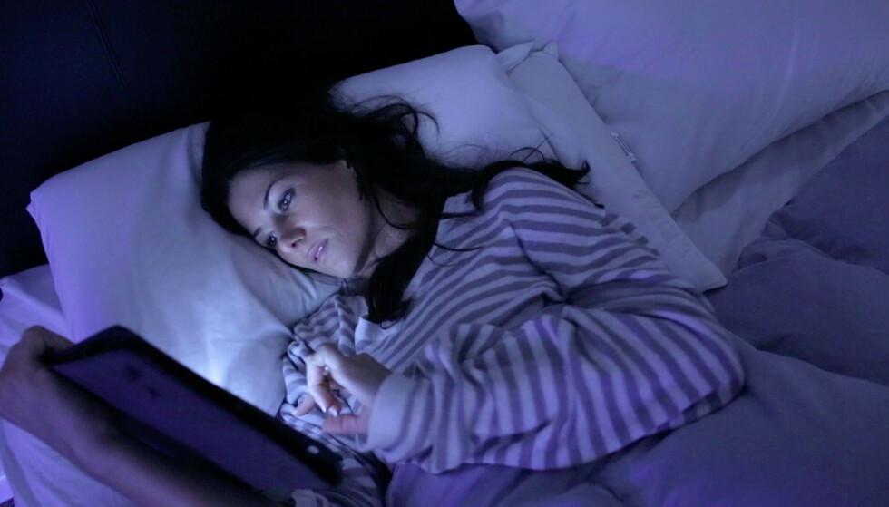 SØVN-SYND: Skjermbruk i sengen er en av grunnene til at vi ikke får sovne om kvelden. FOTO: Shutterstock / NTB Scanpix.