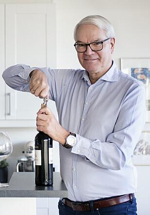 PÅ FLASKE: Sigurd Hille holder på å bygge opp en egen vinkjeller på landstedet. Foto: Silje Katrine Robinson