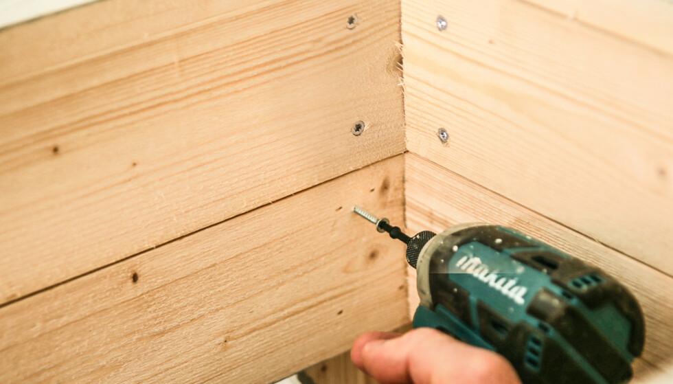 Veggene: For å slippe synlige skruehoder skrus veggene inn i bena fra innsiden. Foto: Øivind Lie-Jacobsen