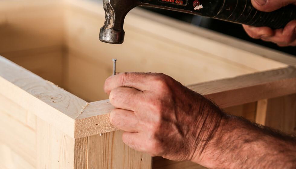 Toppbord: Hjørnene skråskjæres og limes. Spikre eller skru ned i ben og sidevegger. Foto: Øivind Lie-Jacobsen