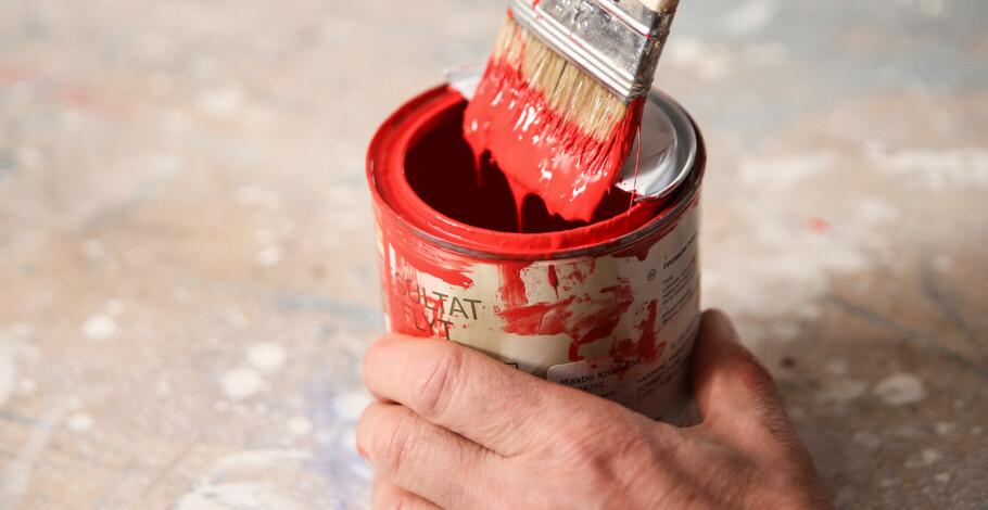 Ren kant: Med et halvt lokk kan du stryke av penselen uten å grise til boksen. Foto: Øivind Lie-Jacobsen