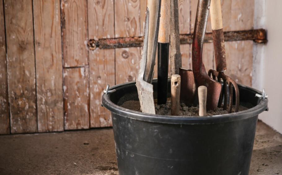 Sandbøtte: Plasseffetiv lagring, i tillegg får hageredskapene en liten skrubb og et beskyttende lag olje. Foto: Øivind Lie-Jacobsen