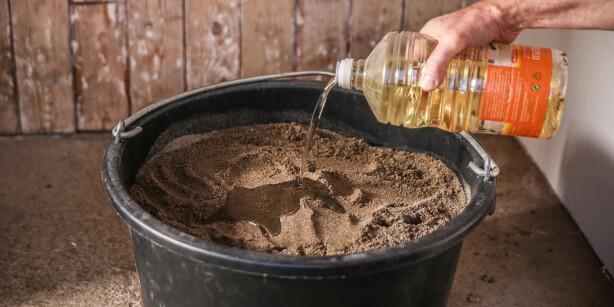 Olje og sand: Denne kombinasjonen gir redskapene rene spa-behandlingen. Foto: Øivind Lie-Jacobsen