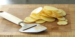 Skiver: Skjær potetene i tynne skiver, i så jevn tykkelse som mulig. Foto: Øivind Lie-Jacobsen