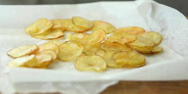 Avkjøling: La potetgullet avkjøle seg på tørkepapir. Foto: Øivind Lie-Jacobsen