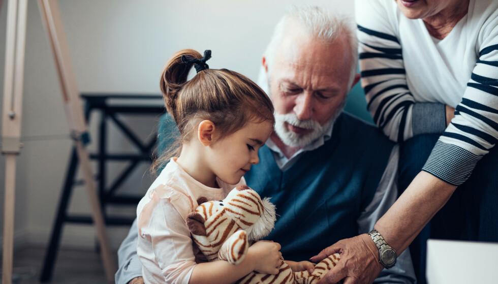 OVERARBEIDET?: De fleste besteforeldre elsker å ha barnebarna på besøk, men kanskje har man ikke energi til å stille opp som barnevakt til enhver tid. Så hvordan kan du si ifra på en fin måte? Tipsene får du i artikkelen under. Foto: NTB Scanpix.