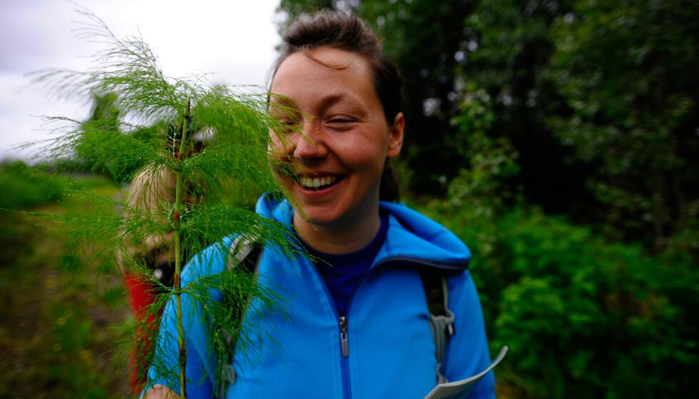 FUNGERER BRA: Honorata Kaja Gajda synes snor-trikset er en fin måte å ta vare på plantene på, mens du er på ferie. Foto: Henrik F. Holmberg.