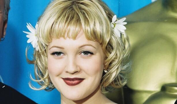 Med blomster i håret, pinup-lugg og søvnige øyne demonstrerte Drew Barrymore på 90-tallet en moderne tolkning av gammel Hollywood-skjønnhet. Foto: Bei/REX/NTB Scanpix.
