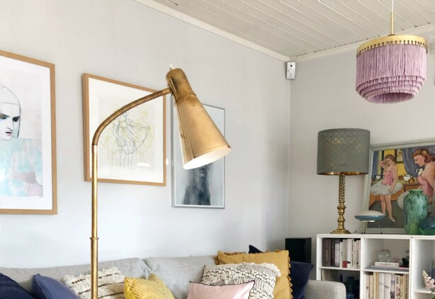 Lampe av Birger Dahl for Sønnico og et mid century italiensk sofabord i glass og forgylt jern Foto Camilla Harbu Bielecki, Tidstypisk.