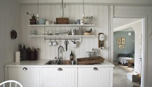 SENTRALT: Det nye kjøkkenet ligger midt i huset, akkurat sånn som det gjorde før. Foto: Irene Jacobsen