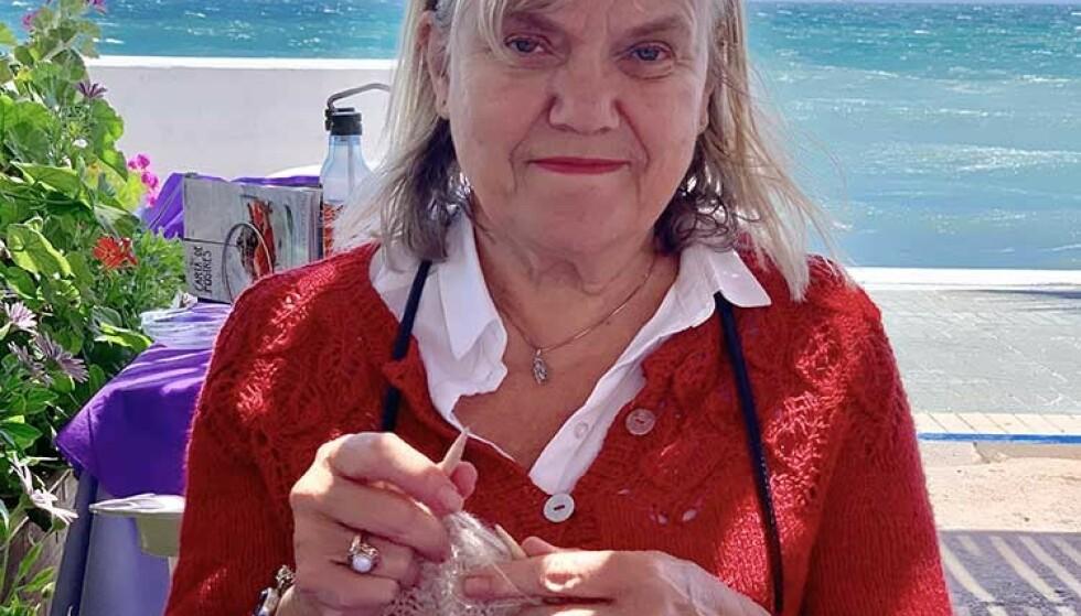 RUNDPINNER: Tone er ikke den eneste som tar med seg strikketøyet sitt på reise. Hennes tips er å bruke rundpinner som ser mer harmløse ut. Foto: Privat
