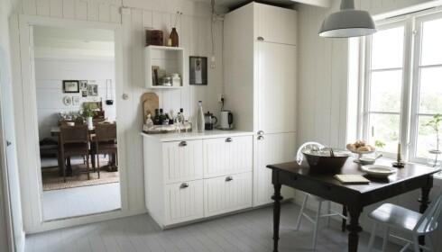 Hvitt og lyst: Kjøkkenet er hjertet i huset, det har en stue på hver side. Foto: Irene Jacobsen.