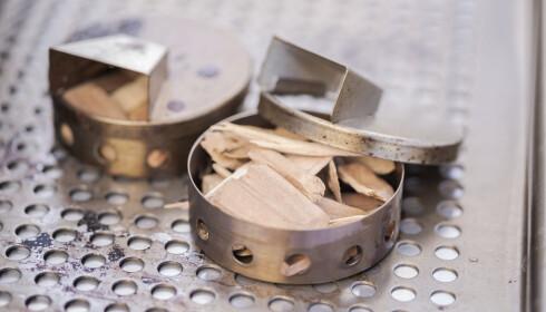 ENKELT: Du trenger ikke dyrt eller avansert utstyr for å prøve deg på røyking hjemme. Litt treflis og en metallbeholder eller litt aluminiumsfolie på grillen holder fint i første omgang. FOTO: Shutterstock/NTB Scanpix.