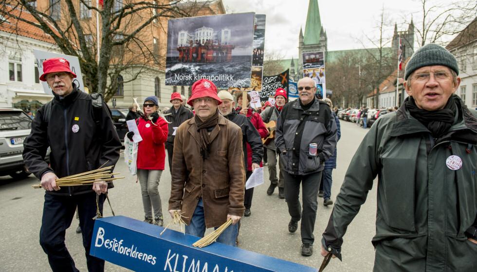 AKSJONERER: Aksjonister fra Besteforeldrenes klimaaksjon demonstrerer i Trondheim. (Foto: NTB/Scanpix)