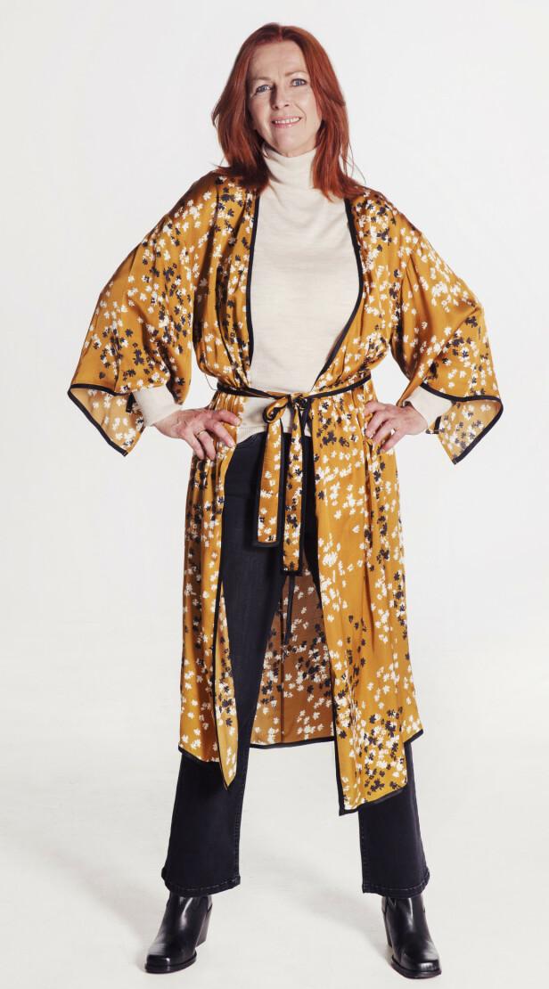 KJOLE ELLER KIMONO: Kjole/kimono (kr 2995, Dagmar), pologenser (kr 1895, Dagmar), jeans (kr 1499, Day), støvler (kr 1499, Sixty Seven/Lille Vinkel Foto: Yvonne Wilhelmsen