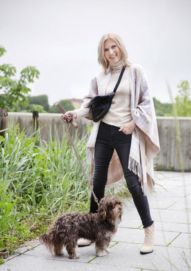 PÅ BYTUR MED HUNDEN: Pologenser (kr 1800, Marina Sport), jeans (kr 2499, Frame), poncho (kr 1999, Marina Sport), veske (kr 1499, Day), støvler (kr 2499, Nude, Lille Vinkel Sko). Hunden heter Kåre. Foto: Yvonne Wilhelmsen