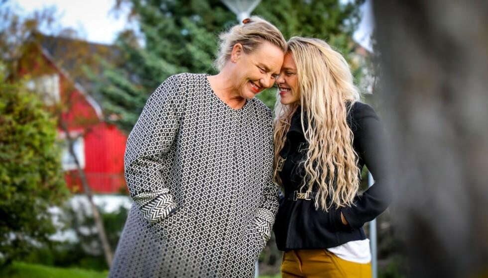 <strong>NÆRT FORHOLD:</strong> Annikken Annexstad og datteren Christine Mølmann Annexstad har vært mer venninner enn mor og datter. Da Annikken fikk diagnosen Alzheimers sykdom flyttet Christine fra Oslo og hjem til Nord-Norge for å passe på moren. Foto: Petter Strøm/ NRK