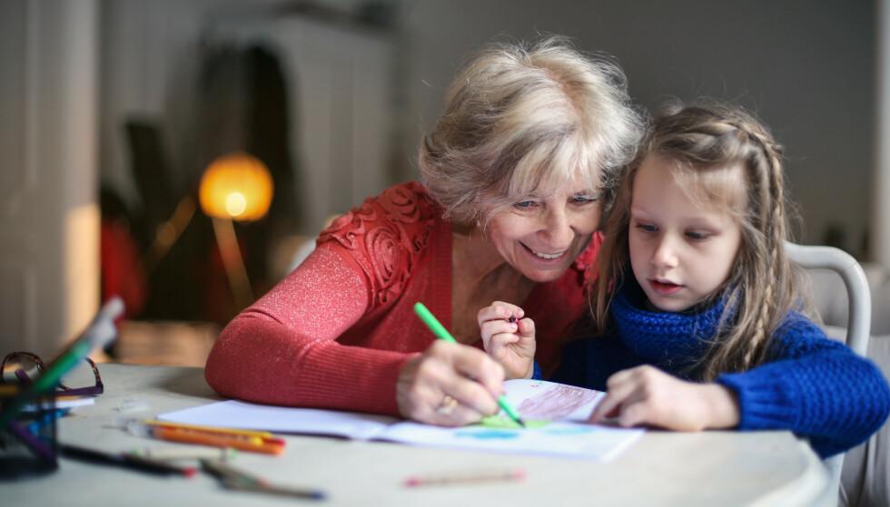 VERDIFULLT SAMVÆR: De fleste besteforeldre setter pris på å få et godt forhold til barnebarna sine. Men noen føler seg tilsidesatt og får ikke den tiden med barnebarna de skulle ønsket. Foto NTB Scanpix.