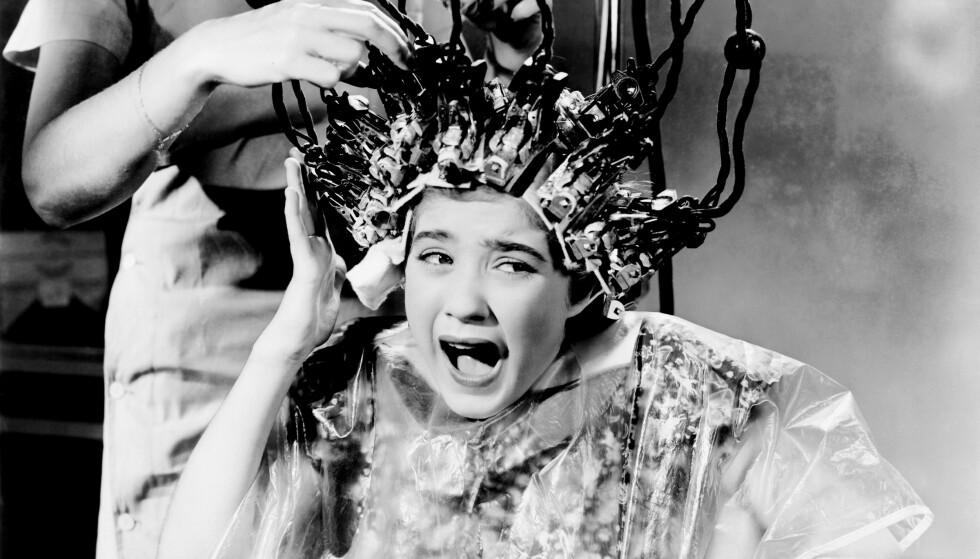 SMERTE: De første permanentmaskinene ga ingen følelse av velvære. I verste fall kunne håret falle av. Bildet er fra Hollywood-filmen Little Miss Roughneck fra 1938 med Edith Fellows i hovedrollen. Foto: NTB Scanpix