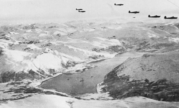 BOMBET: Allierte Barracuda bombefly på vei mot Altafjorden, der Tirpitz lå. Tirpitz ble utsatt for tre angrep i Altafjorden; først sprenglegemer utplassert av miniubåt i september 1943, så to bombeflyangrep i april og september 1944. Til slutt ble det senket utenfor Tromsø i november 1944. Foto: Scanpix