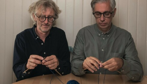 SJELDENT ØYEBLIKK: Arne og Carlos er stadig på reisefot. Det blir ikke lenger så mye tid til å strikke selv. Foto: Håvard Bjelland