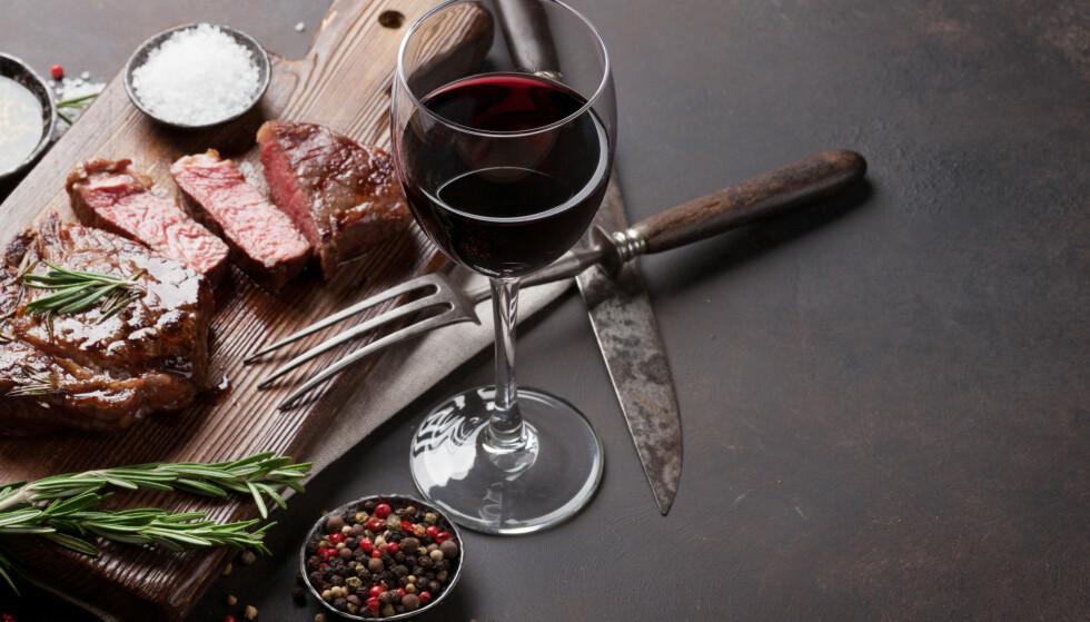 VEDTATTE SANNHETER: Biff og rødvin, jordbær og champagne - får disse partnerne egentlig fram det beste i hverandre? Foto: Scanpix/Stockfoto