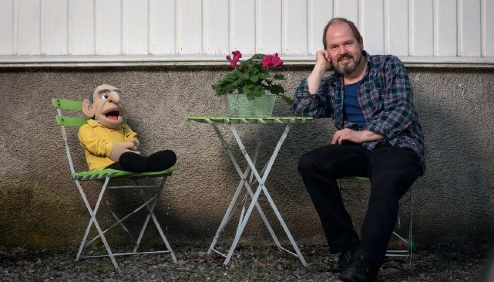 Gustav Koi var unormalt sliten i mange år, spesielt da de to barna var små. Verken han eller kona skjønte at han trenger tid for seg sjøl. Her sammen men en av sine buktalerdokker. Foto: Werner Juvik