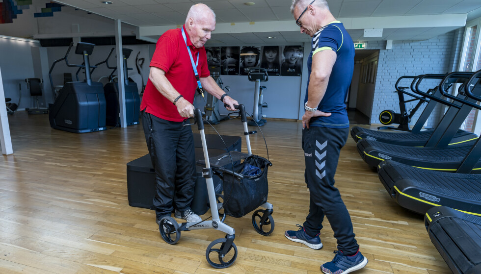 MIDLERTIDIG: Inntil videre er rullatoren et greit hjelpemiddel når Leif skal forflytte seg inne på treningssenteret. Foto: Tore Fjeld