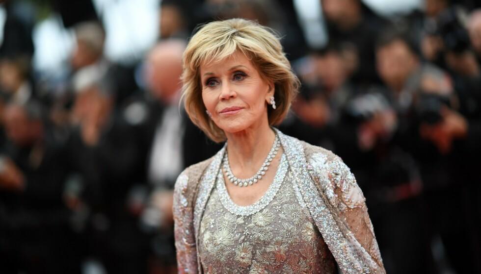 Jane Fonda stråler fortsatt på den røde løperen som 81-åring. Ikke nok med at filmkarrieren har nådd nye høyder de siste årene, nå fronter hun også en hudpleieserie som hyller aldrende hud. Foto: Scanpix