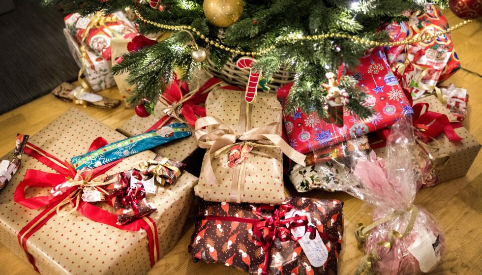 <strong>GAVEDRYSS:</strong> Hvert år bruker vi flere tusen kroner i snitt på julegaver. Foto: NTB Scanpix