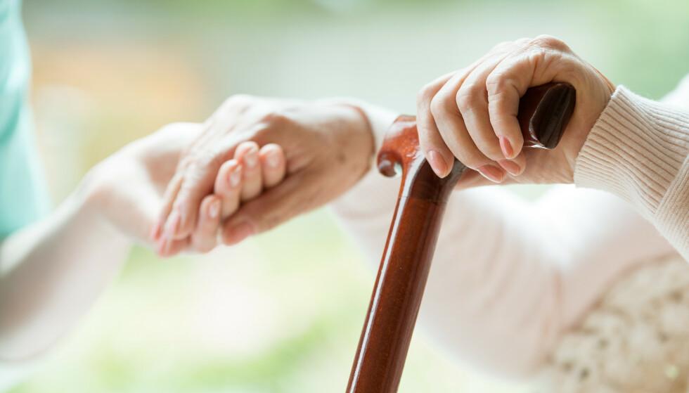 AVHENGIG AV PÅRØRENDE: – I fremtiden vil vi være avhengig av at generasjonen under de aller eldste yter omsorg når helsen til foreldrene svikter og de blir hjelpetrengende, forteller forsker. Foto: NTB Scanpix.