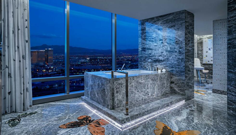 MARMORBAD: I verdens dyreste hotellrom, Empathy Suite på Palms Casino Resort, kan du ta deg en dukkert i det marmorbelagte badekaret. Foto: Palms Casino Resort
