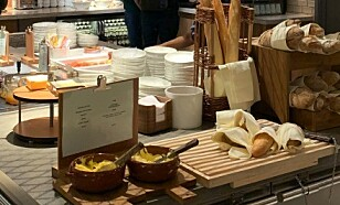 Mattilbudet består av en enkel buffet og selvbetjening av drikke som kaffe, te, brus, juice, vin og øl.