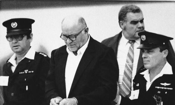 I HÅNDJERN: John Demjanjuk fotografert i retten under første rettsrunde i Jerusalem i 1986. Foto: AP / NTB Scanpix