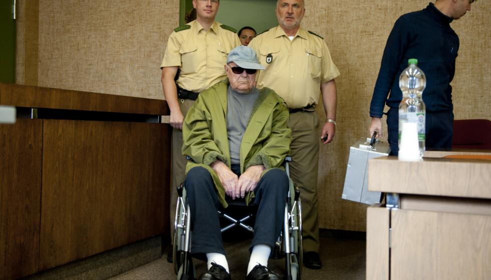 SLUTTEN: John Demjanjuk (90) ankommer retten i München i 2011 rett før han blir dømt til fengsel for medvirkning til massedrap på jøder ved Sobibor konsentrasjonsleir i 1943. Foto: REUTERS/Lukas Barth/NTB Scanpix