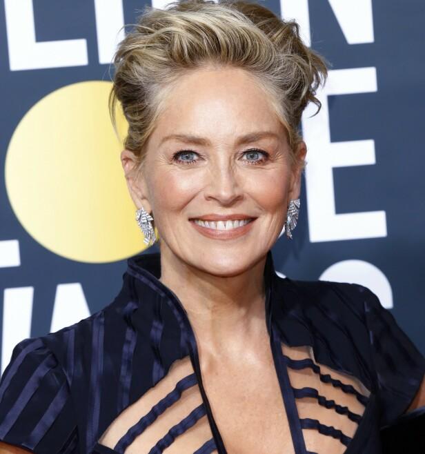 SHARON STONE gjør det smart med så mange nyanser av blondt i håret fordi den grå etterveksten blir mindre synlig. Foto: NTB Scanpix
