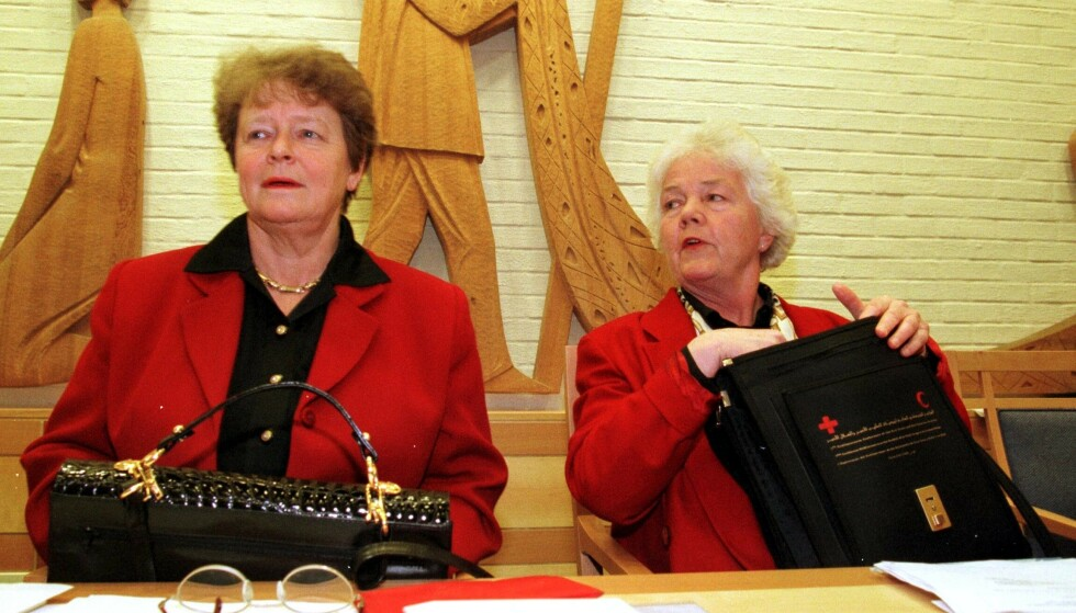KVINNESAK: Tidligere statsminister Gro Harlem Brundtland og president i Norges Røde Kors, Astrid Nøklebye Heiberg, på en fellesmarkering av kvinnedagen i auditoriet i Stortinget i 1998. Foto: NTB Scanpix
