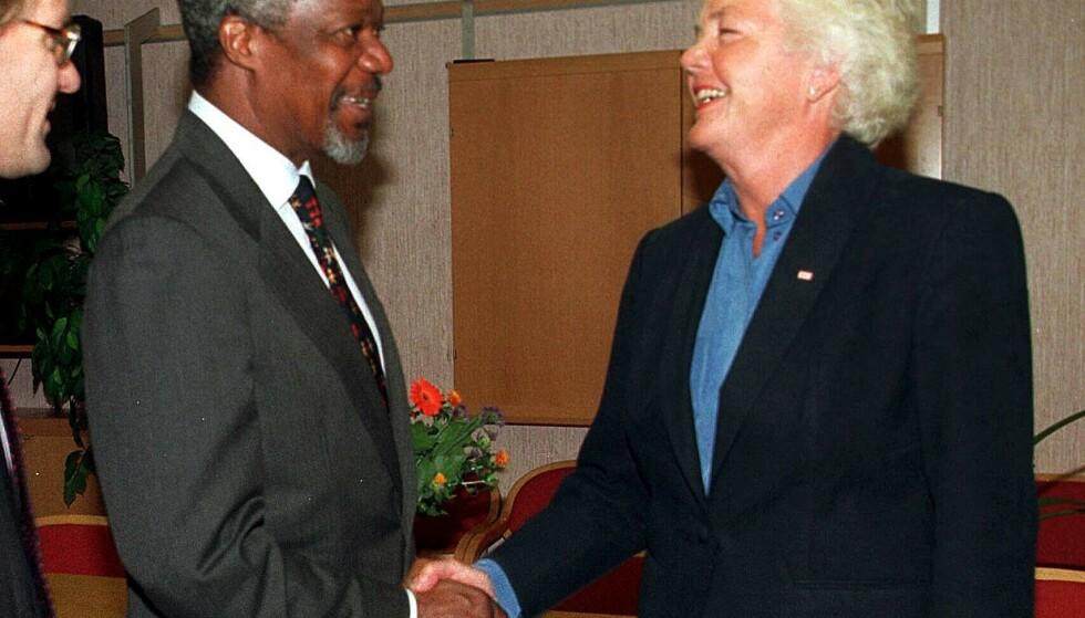 INTERNASJONALT ARBEID: Astrid Nøklebye Heiberg hilste på FNs generalsekretær Kofi Annan under antipersonellmine-konferansen i Oslo i september 1997. Heiberg var president for Det internasjonale forbundet av Røde Kors- og Røde Halvmåne-foreninger. Foto: NTB Scanpix