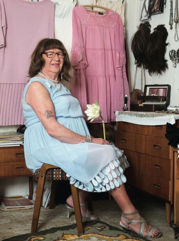«Arne» står det på en bleknet sjømannstatovering på Annes høyre overarm. Anne går ikke lenger med bukser og lave sko. Selv snømåking foretas iført skjørt. Foto: Silje Katrine Robinson
