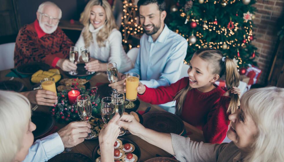 GLEDELIG JUL? Mange barnebarn ønsker at julen skal være alkoholfri. Barnebarn i tenårene er de som helst vil at besteforeldrene skal la vinflasken stå. Foto: NTB Scanpix